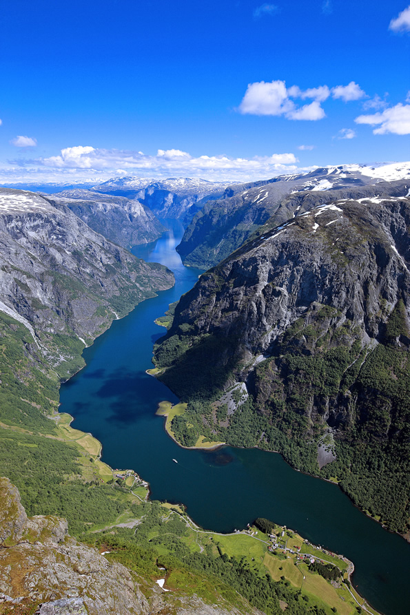 The-Naeroyfjord-fiordo